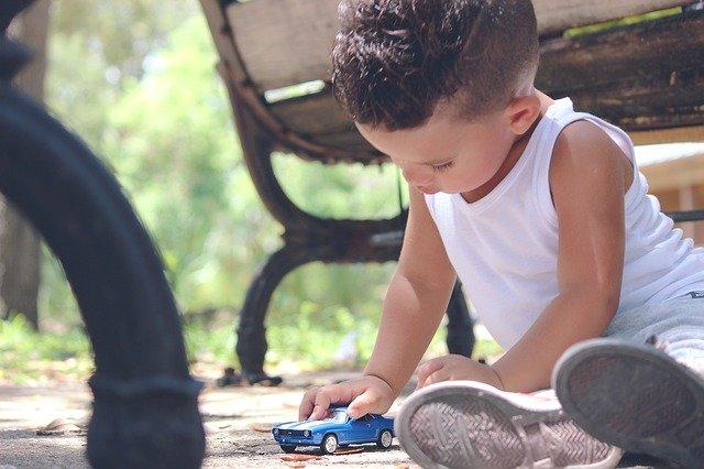 chlapeček s autíčkem